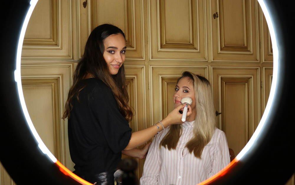 claudia make-up artist durante un trucco