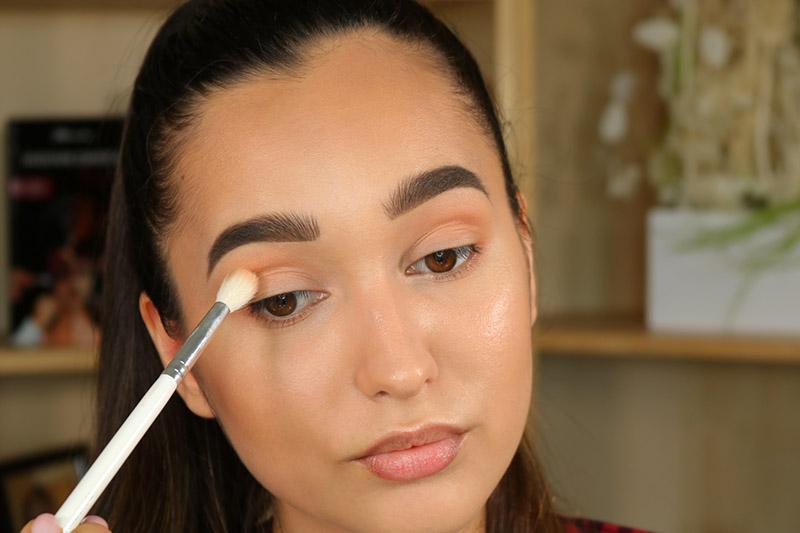 applicazione ombretto sugli occhi